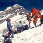 Am 8. Mai 1978 bestiegen Peter Habeler und Reinhold Messner den höchsten Gipfel der Erde, den Mount Everest - ohne Zuhilfenahme von künstlichem Sauerstoff. Die Träger (Sherpas) erleichterten ihnen das Höhenbergsteigen.
