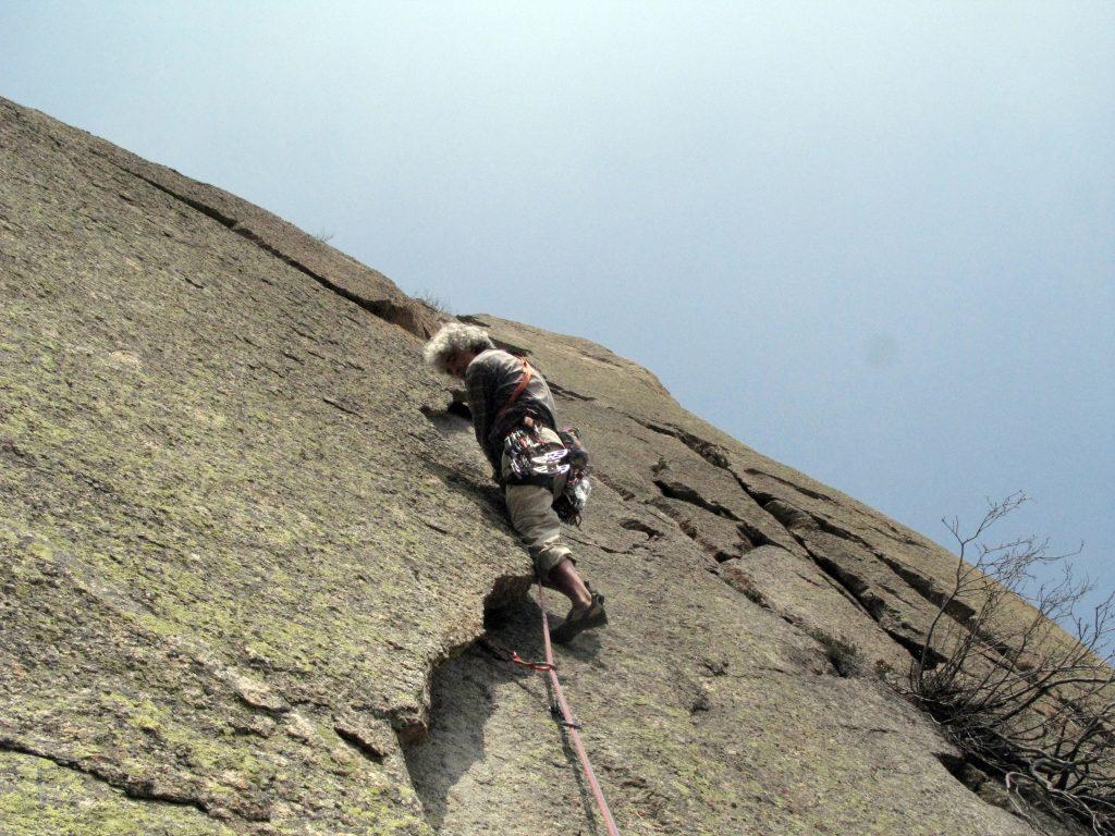 Alessandro Gogna sulla 2a L della via Gogna allo Scoglio di Mroz, Valle dell'Orco